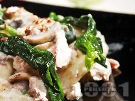 Пиле яхния с гъби печурки, картофи, лук, спанак, течна сметана и бяло вино в тенджера